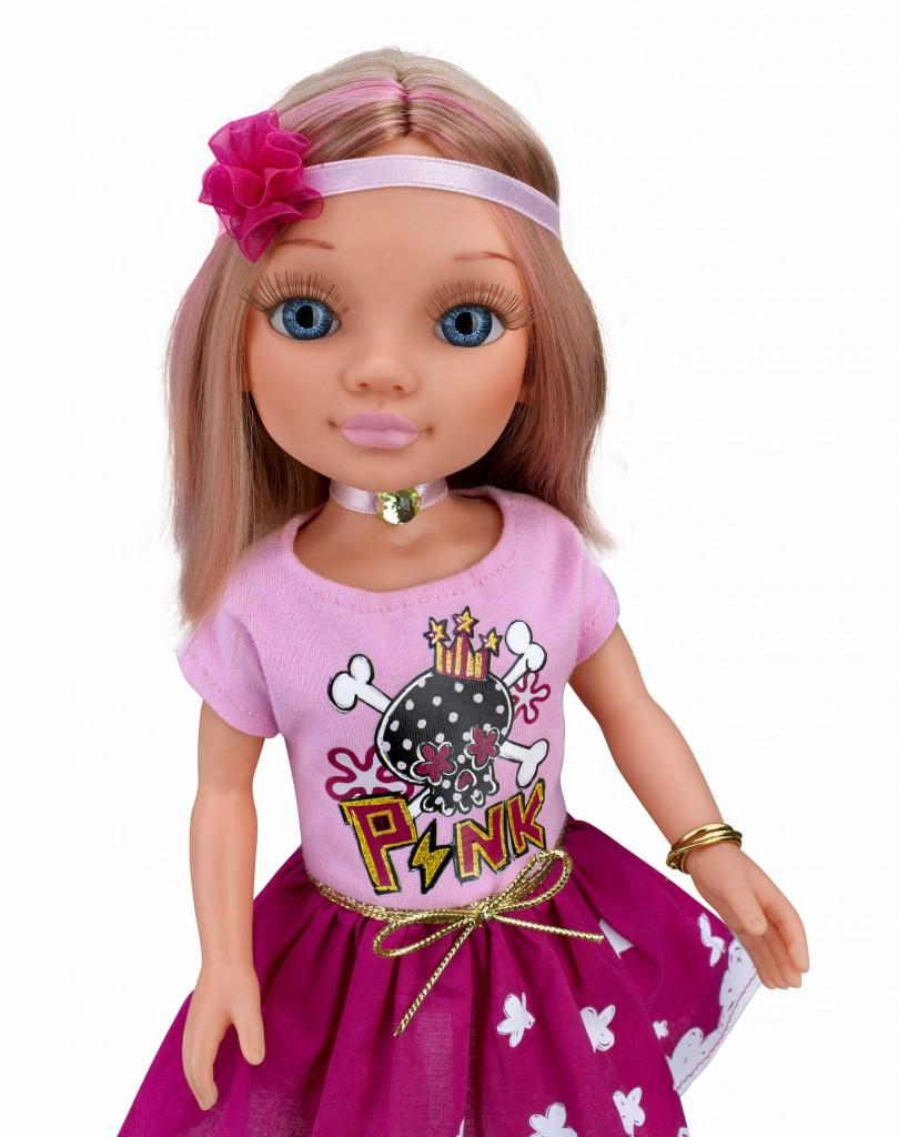nancy-famosa-camiseta-rosa-clara-falda-oscura-5d